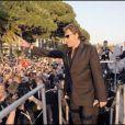 Johnny Hallyday salue l'immense foule qui s'est rassemblée autour de lui lors de sa venue dans le Grand Journal à Cannes