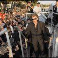 Johnny Hallyday arrive sur le plateau du Grand Journal après avoir survécu à ses fans !
