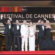 Johnny Hallyday et Laeticia ainsi que l'équipe du film saluent les innombrables spectateurs venus célébrés leur arrivée au Palais des Festivals à Cannes pour la présentation de Vengeance dimanche 17 mai 2009