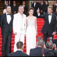 Johnny Hallyday et Laeticia, les stars de la Croisette avec l'équipe du film sur le tapis rouge de Cannes pour la présentation de Vengeance dimanche 17 mai 2009