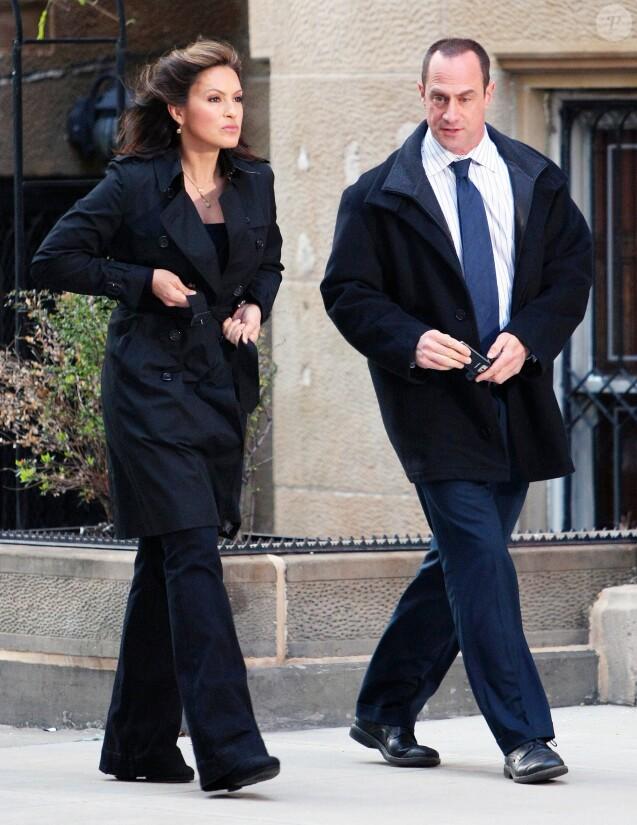 """Mariska Hargitay et Christopher Meloni sur le tournage de """"New York, unité spéciale"""" en 2010."""