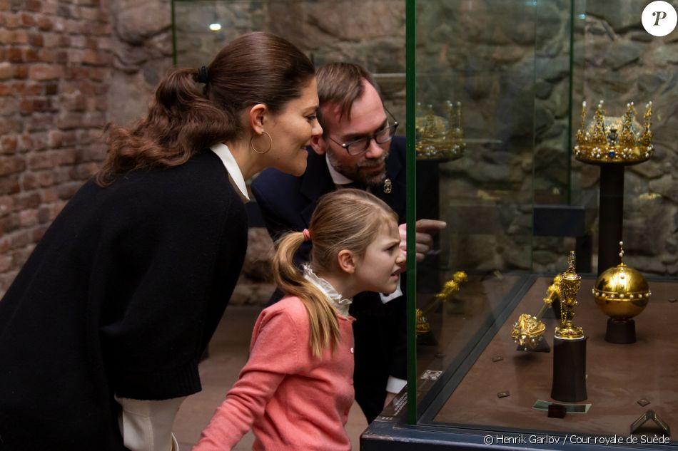 La princesse Estelle de Suède, accompagnée par sa mère la princesse héritière Victoria, découvrait le 9 janvier 2019 le Trésor de la monarchie suédoise, au sous-sol du palais royal à Stockholm. © Henrik Garlöv / Cour royale de Suède