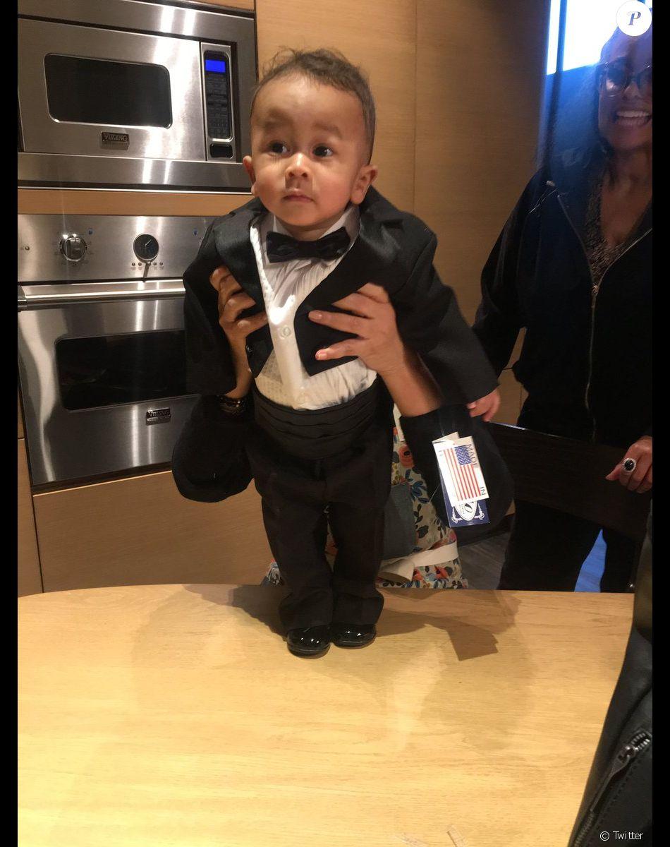 Miles, le fils de John Legend et Chrissy Teigen, prépare l'anniversaire de son papa. Janvier 2019.