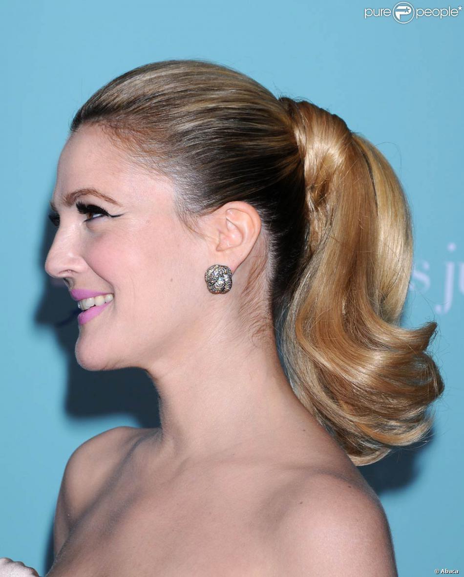 Favori Drew aime passer d'une coiffure à une autre Ici, elle est  JZ34