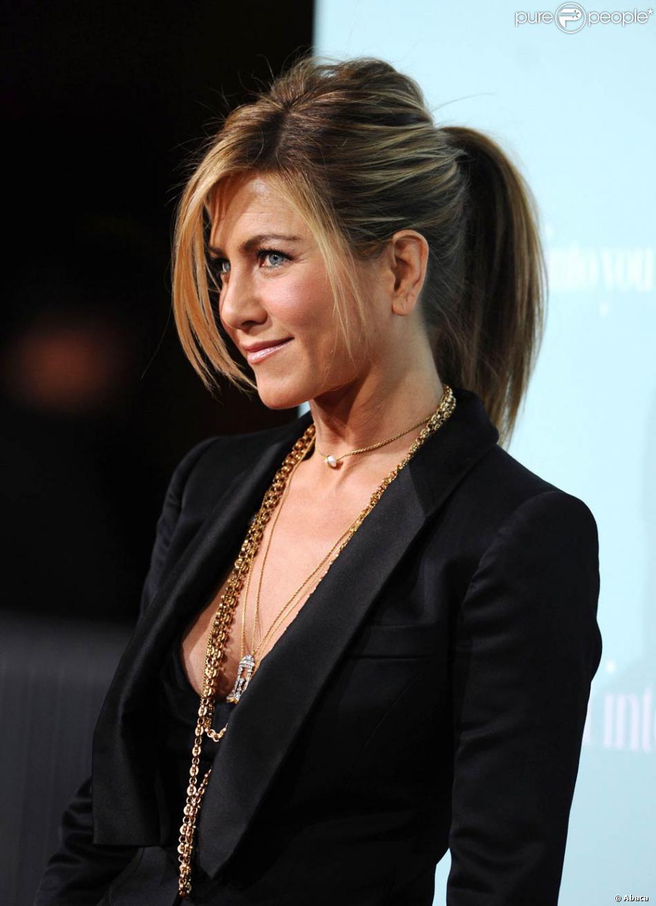 Célèbre Toujours aussi chic et stylée, Jennifer Aniston adore se coiffer d  ZF42