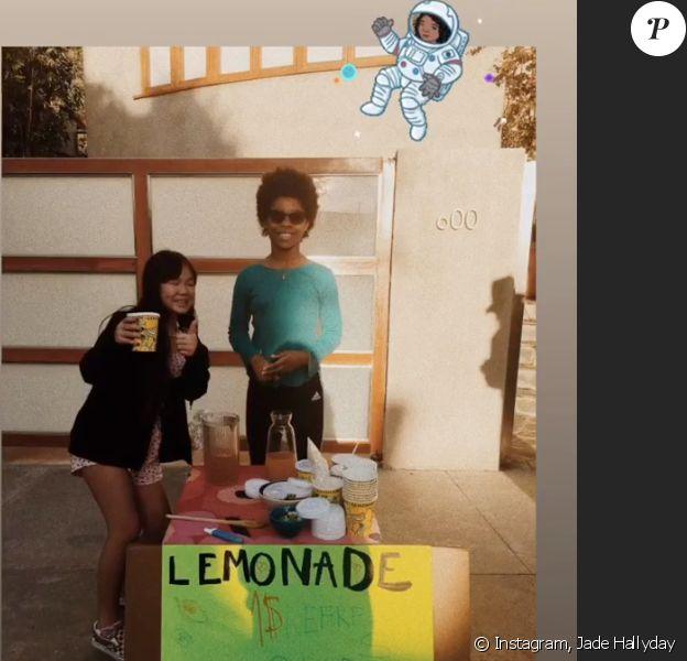 Joy Hallyday et une amie tiennent un stand de limonade à Los Angeles, janvier 2019.