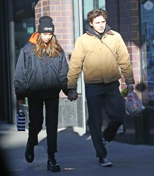 Brooklyn Beckham et sa compagne Hana Cross main dans la main dans les rues de New York, le 22 janvier 2019.