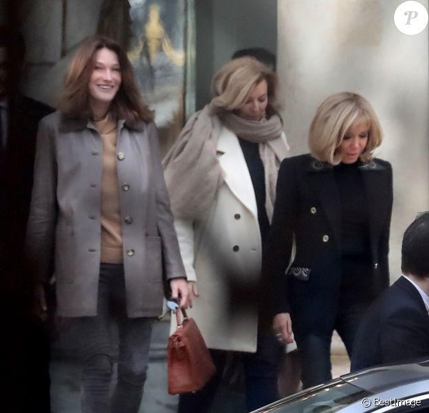 Brigitte Macron raccompagne les anciennes premières dames Carla Bruni-Sarkozy et Valérie Trierweiler après un déjeuner au palais de l'Elysée à Paris le 24 janvier 2019.