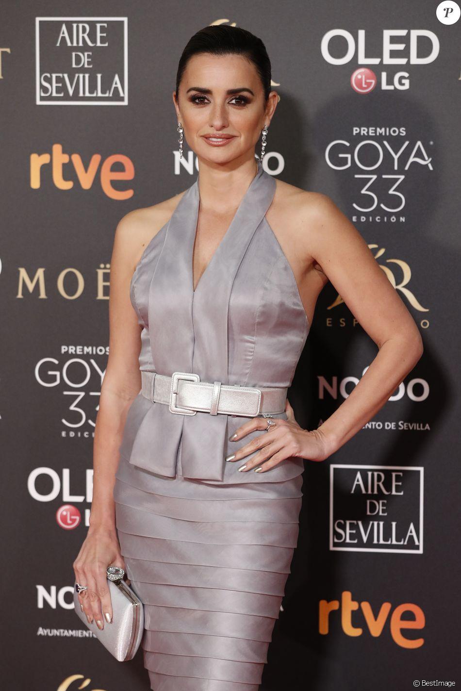 Penélope Cruz (robe Chanel) lors de la 33e cérémonie des Goya, récompenses du cinéma espagnol à Séville, le 2 février 2019