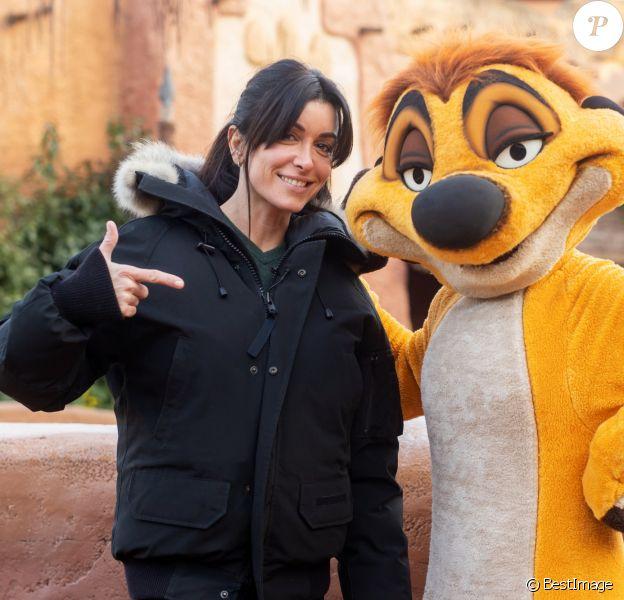 Jenifer Bartoli pose avec Timon à Disneyland Paris en février 2019 pour la présentation du Festival du Roi Lion et de la Jungle qui aura lieu du 30 juin au 22 septembre 2019