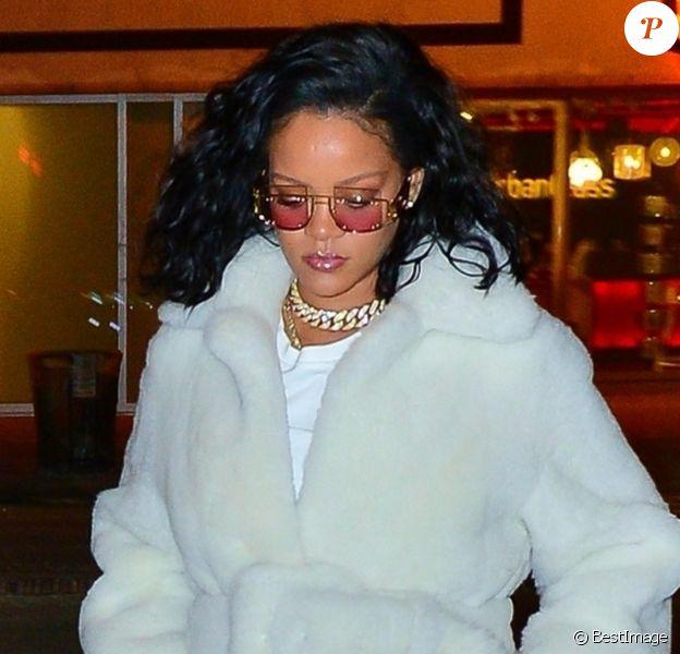 Exclusif - Rihanna vêtue d' un manteau en moumoute dans les rues de New York Le 01 février 2019.