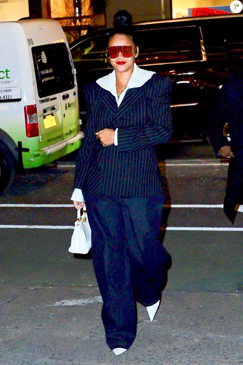 dd2c6e041e09e9 Rihanna porte une veste rayée et des lunettes de soleil XXL en balade dans  les rues de New York, le 13 janvier 2019.