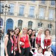 10e Rallye des Princesses. Au départ de la place Vendôme, le 1er juin 2009 : Eva Jaerlhing, Valérie Benaïm, Florence Dehaine, Hermine de Clermont-Tonnerre et ses enfants Callixte et Allegra, Olivia Catton, Luana Belmondo et Maurizia Purini...