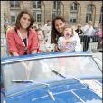 10e Rallye des Princesses. Au départ de la place Vendôme, le 1er juin 2009 : Valérie Benaïm et Hermine de Clermont Tonnerre avec ses enfants
