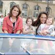 10e Rallye des Princesses. Au départ de la place Vendôme, le 1er juin 2009 : Valérie Benaïm et Hermine de Clermont-Tonnerre avec ses enfants Callixte et Allegra