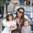 10e Rallye des Princesses. Au départ de la place Vendôme, le 1er juin 2009 : Hermine de Clermont Tonnerre avec ses enfants Allegra et Callixte
