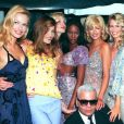 Karen Mulder, CarlaBruni, Nadja Auermann, Naomi Campbell, Linda Evangelista, Claudia Schiffer, Helena Christensen au défilé Chloé avec Karl Lagerfeld, Paris, 1994.