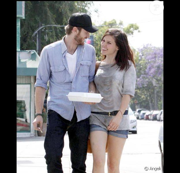 Sophia Bush et son petit ami Jon Foster sortent d'un restaurant avec un doggy bag à Los Angeles le 1er juin 2009