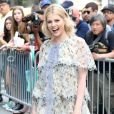 """Lucy Boynton arrive devant les studios AOL à New York, le 29 juin 2017. New York, NY - Lucy Boynton looks stunning in a multi layered summer dress as she and the cast of """"Gypsy"""" arrive at AOLBuild stopping to pose for fan photos in New York, on June 29th, 2017.29/06/2017 - New York"""