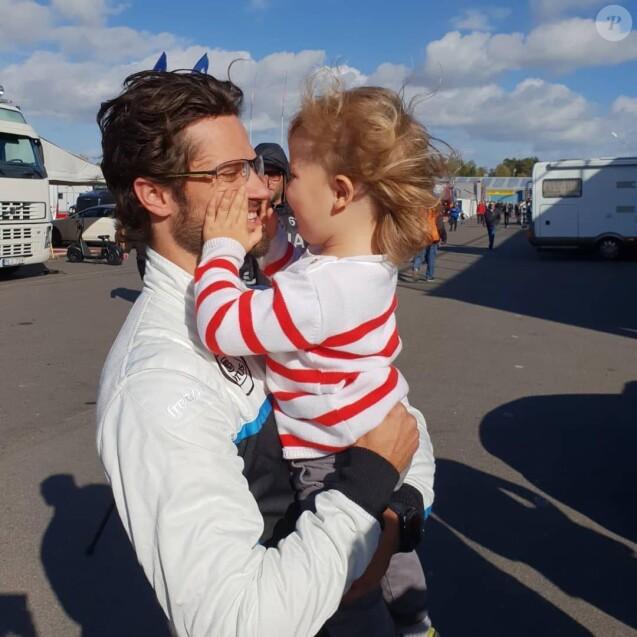 Le prince Carl Philip de Suède avec son fils le prince Alexander lors d'une de ses courses automobiles en STCC. Photo parue sur le compte Instagram du couple princier début mars 2019 pour annoncer que le prince allait consacrer l'essentiel de son temps à sa famille.