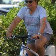 Exclusif - Bernard Tapie fait du vélo dans les rues de Saint-Tropez, France, le 29 juillet 2016. © Agence/Bestimage