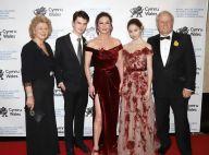 Catherine Zeta-Jones en robe échancrée devant ses parents et ses 2 enfants