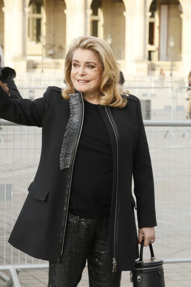ef9cd337c6e758 Catherine Deneuve - Arrivée des people au défilé Louis Vuitton collection  prêt-à-porter