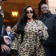 Kim Kardashian porte une combinaison, des chaussures et un manteau léopard ALAÏA à la sortie de l'hôtel Ritz. Paris, le 5 mars 2019.