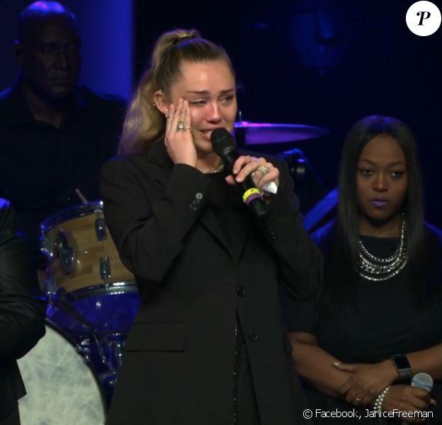 """Miley Cyrus et son père Billy Ray rendent hommage à la chanteuse et candidate de """"The Voice"""", Janice Freeman, le 18 mars 2019."""