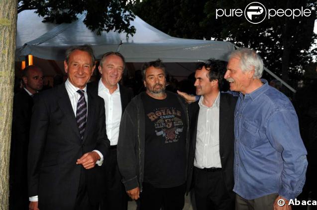 Le film documentaire Home a été projeté sur écrans géants au Champ de Mars à Paris, le 5 juin 2009. Etaient présents Bertrand Delanoë, François-Henri Pinault, Luc Besson, le producteur Denis Carot et Yann Arthus-Bertrand.