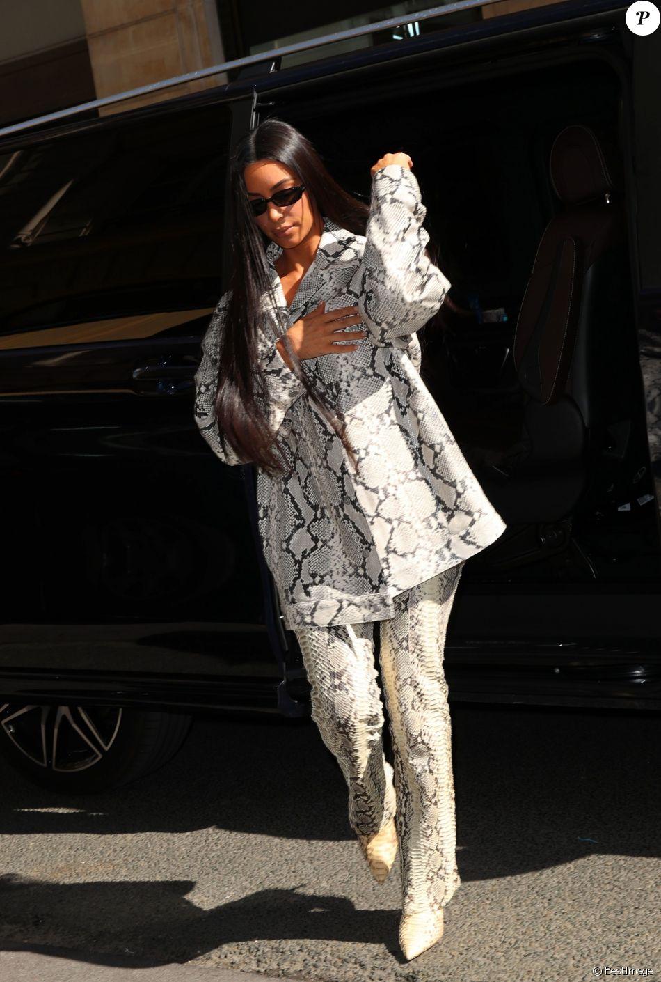 Kim Kardashian arrive chez Hermès à Paris le 25 mars 2019.