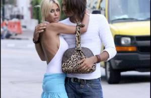 Shauna Sand : la bimbo kitsch fait un gros câlin à l'homme de sa vie... Le glamour selon Shauna ? Un concept !