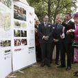 Elizabeth II d'Angleterre visite l'institution Coram
