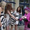 Elizabeth II d'Angleterre visite l'institution Coram et rencontre Escala