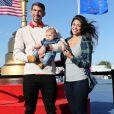 Michael Phelps et Nicole Johnson posent avec leur son Boomer au Hazeltine National Golf Club, le 29 septembre 2016.