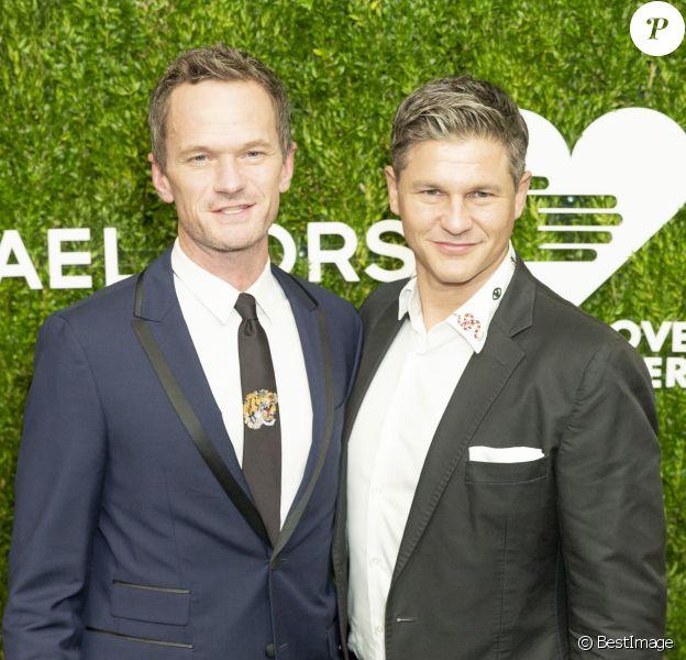 """Neil Patrick Harris et son mari David Burtka au photocall de la soirée caritative des """"Golden Heart Awards"""" au profit de l'association """"God's Love We Deliver"""" au Spring Studios à New York, le 18 octobre 2018."""