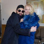 Pamela Anderson à Paris : défilé privé dans une superbe chambre d'hôtel