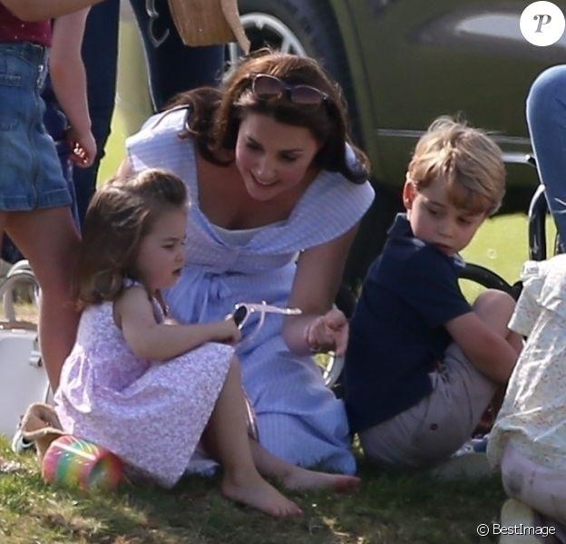 Catherine Kate Middleton, duchesse de Cambridge, le prince George, la princesse Charlotte, pieds nus, lors d'un match de polo caritatif au Beaufort Polo Club à Tetbury le 10 juin 2018.