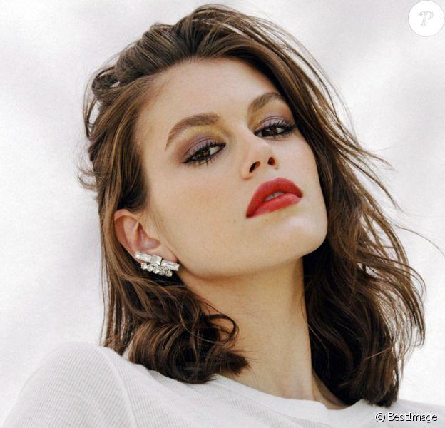 Kaia Gerber pose pour la nouvelle campagne d'Yves Saint Laurent Beauty dans la fausse station service de Palm Springs.