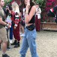Kaia Gerber déguste une sucette lors du Festival de Coachella 2019 à Indio le 14 avril 2019.