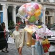 Bella Hadid arrive les bras chargés de ballons et fleurs au domicile de sa soeur Gigi Hadid pour son anniversaire à New York, le 23 avril 2019.