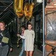 Bella Hadid se rend à l'anniversaire de sa soeur Gigi Hadid avec des ballons dorés à New York, le 23 avril 2019.