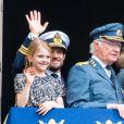 Le roi Carl XVI Gustaf de Suède entouré de sa famille - le prince Carl Philip, la princesse Estelle, le prince Oscar, la princesse Victoria, la reine Silvia - au balcon du palais royal à Stockholm le 30 avril 2019 pour les célébrations de son 73e anniversaire.
