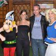 Bruno Roblès et sa compagne avec Falbala et Astérix, pour les 20 ans du Parc Astérix