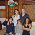 Jocelyn Quivrin et Alice Taglioni, avec des enfants, fêtent les 20 ans du Parc Astérix... Euh, ce ne sont pas les leurs ! Ils ont un bébé, resté à la maison !