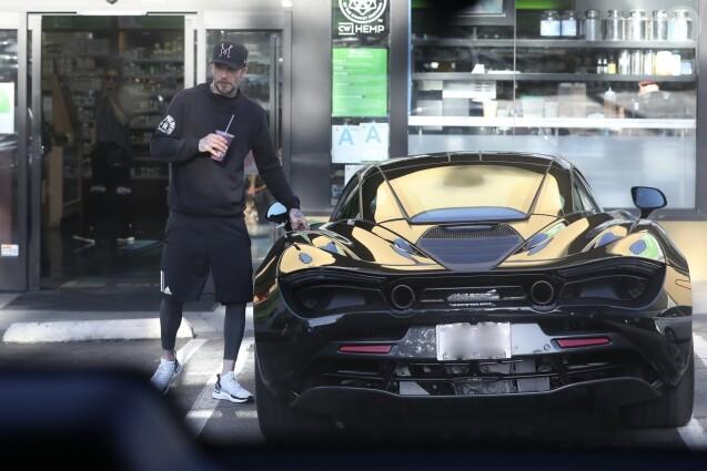 Exclusif - David Beckham arrive au volant de sa voiture de sport McLaren au Earth Bar pour acheter une boisson à emporter après un cours de gym à West Hollywood, le 9 avril 2019