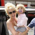 Britney Spears et son fils Jayden James vont dans un magasin de jouets, à Londres le 15 juin 2009