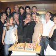 Toute la famille Hallyday, et ses intimes ainsi qu' Alain Delon et Rachida dati la photo du gâteau des 66 ans, exclusive, rien que pour vous !