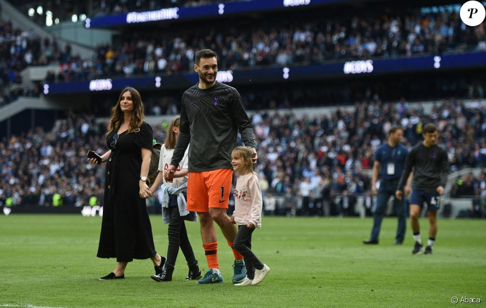 Hugo Lloris avec sa femme Marine et leurs deux filles  Anna-Rose et Giulina au  Tottenham Hotspur Stadium le 12 mai 2019.