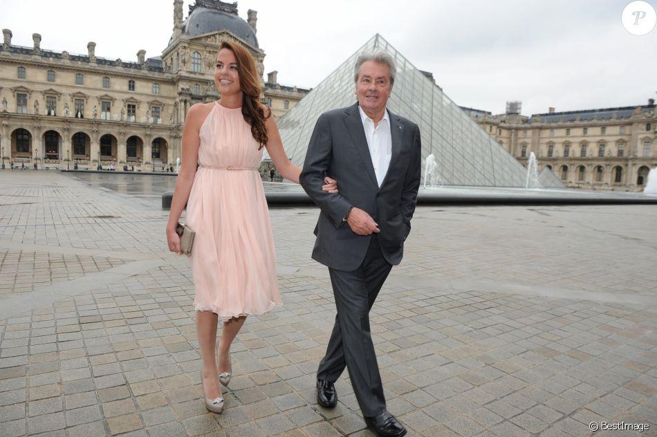 Anouchka Delon et son père Alain Delon au défilé de mode Ferragamo à Paris en 2012